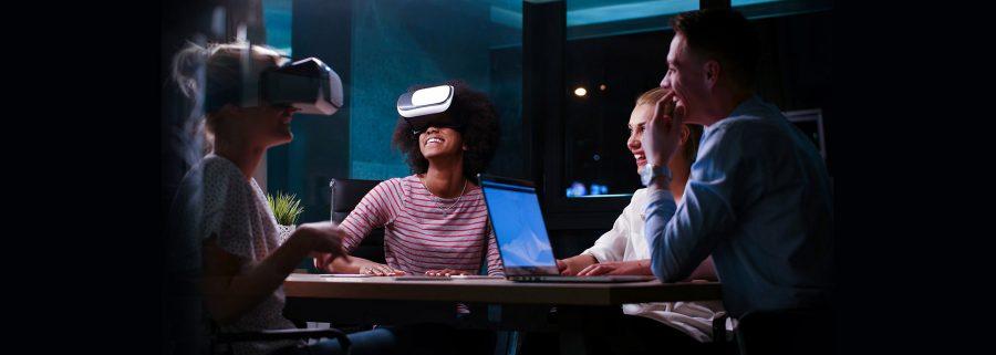 personnes-utilisant-casque-réalité-virtuelle-03